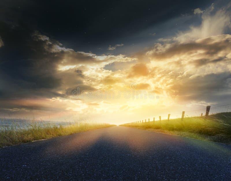 日落照片 关于天空的光 在日落的横向 免版税库存照片