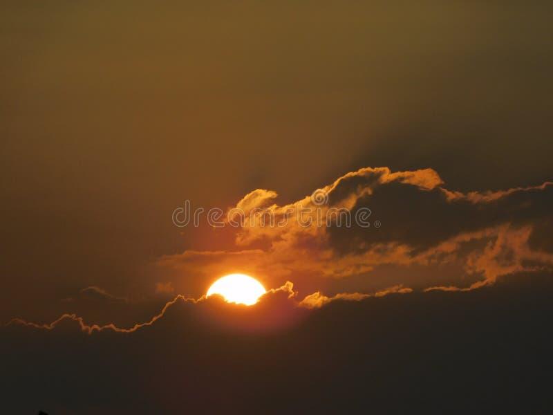 日落的一张美丽的照片从云彩的 免版税库存照片