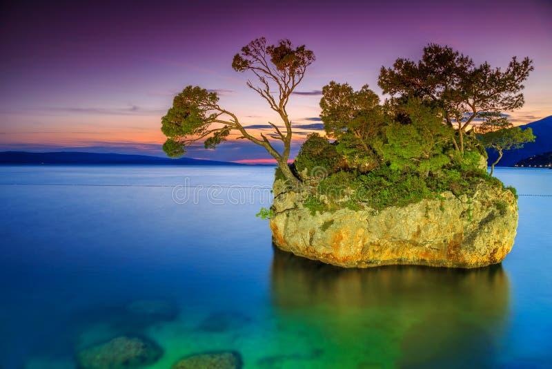 日落的不可思议的岩石海岛, Brela,马卡尔斯卡里维埃拉,达尔马提亚,克罗地亚,欧洲 免版税库存图片