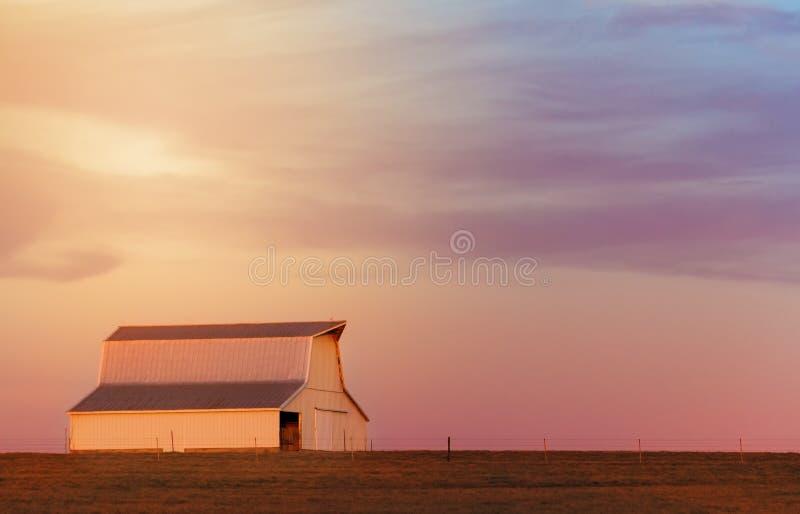 日落的中西部谷仓 库存照片