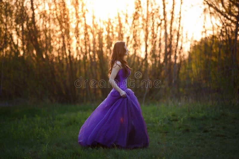 日落的可爱的女孩 库存照片