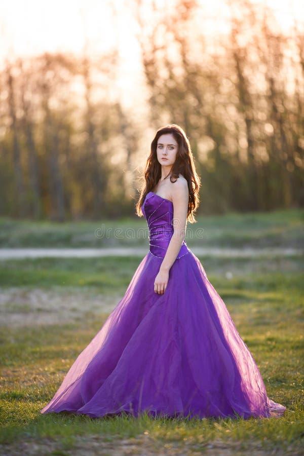 日落的可爱的女孩 图库摄影