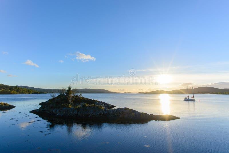 日落的图片在海湾Creran的从在秋天季节的Creagan 免版税库存照片