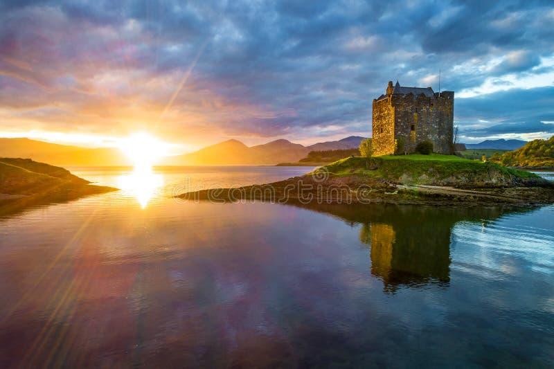 日落的城堡潜随猎物者 免版税图库摄影