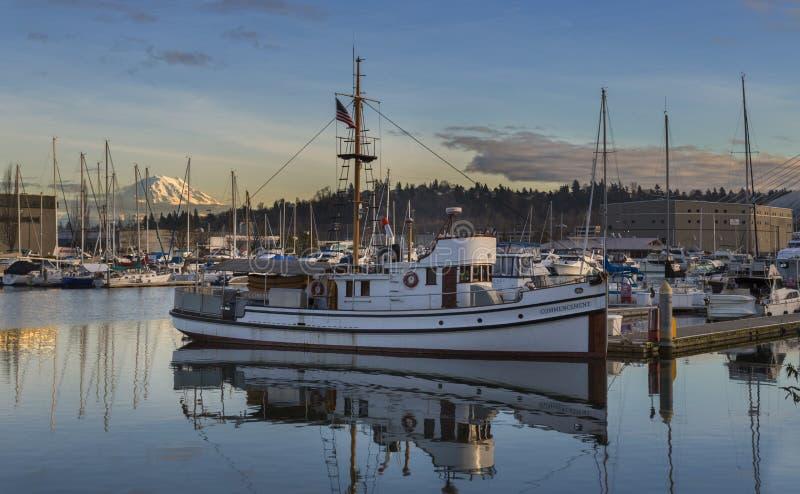 日落的塔科马江边 塔科马, WA美国- 2016年1月, 25 江边小游艇船坞是一个普遍的地方在塔科马 免版税图库摄影