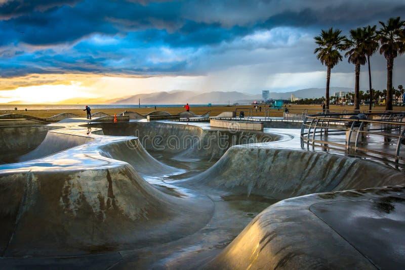 日落的威尼斯冰鞋公园 图库摄影