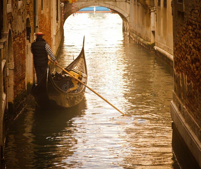 日落的威尼斯平底船的船夫 免版税库存照片