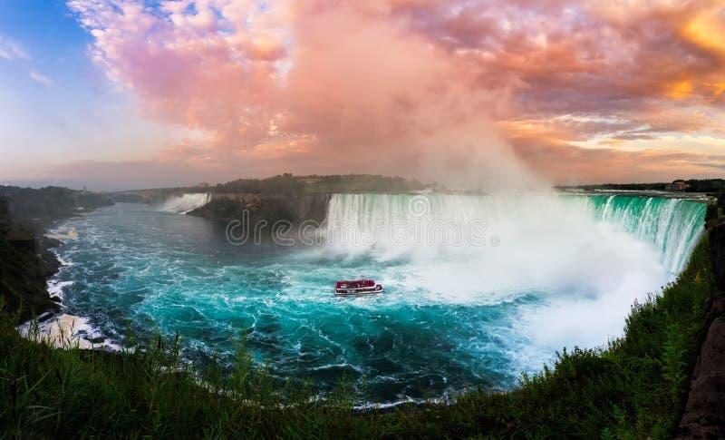 日落的尼亚加拉瀑布在一个夏天晚上 库存照片