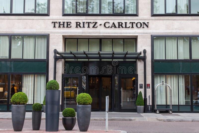 日落的布达佩斯里茨卡尔顿旅馆 它是其中一家匈牙利首都的豪华旅馆 免版税库存照片