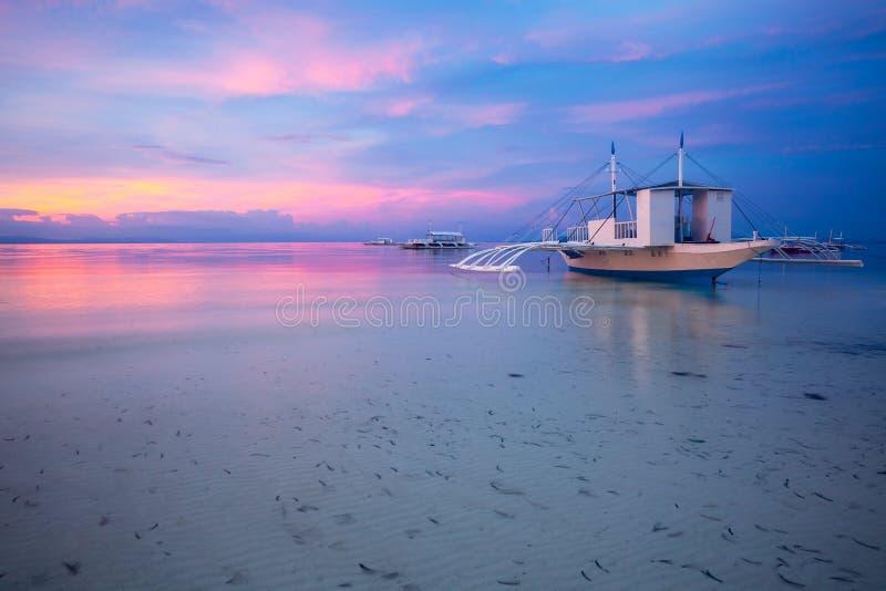 日落的惊人视图在菲律宾海滩的 库存照片