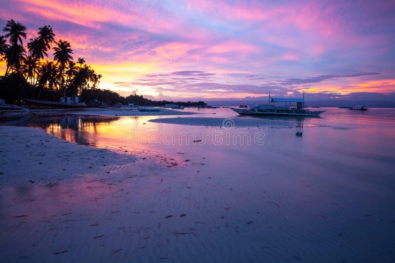 日落的惊人视图在菲律宾海滩的 免版税库存照片