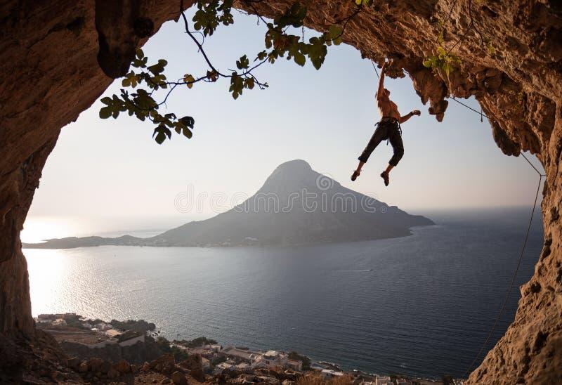 日落的攀岩运动员。卡林诺斯岛,希腊。 免版税库存照片