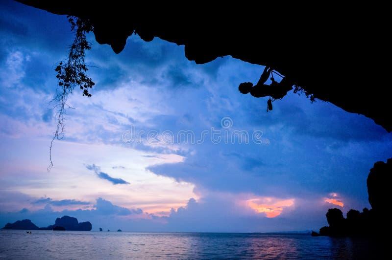 日落的攀岩运动员,泰国 免版税库存照片
