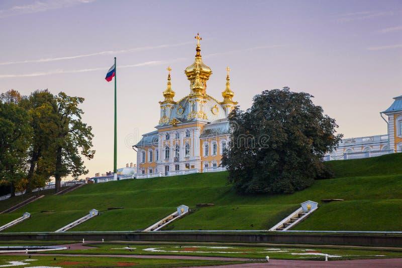 日落的教会在Peterhof宫殿 免版税库存图片