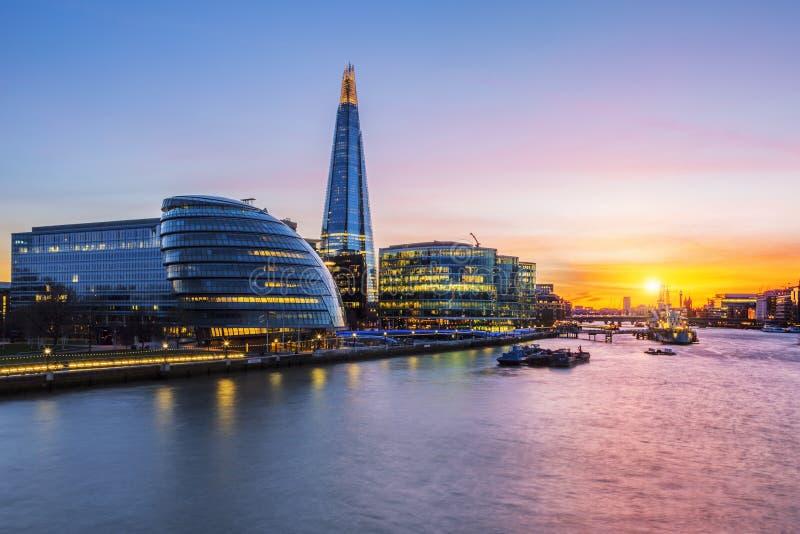 日落的新的伦敦市政厅 免版税库存照片