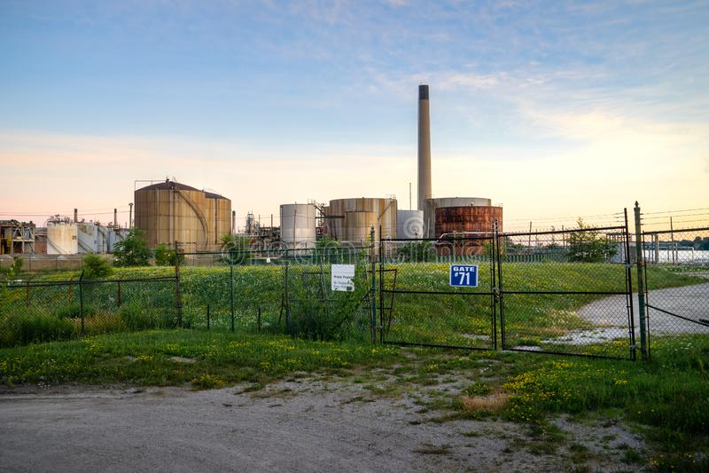 日落的未使用的工业油库 免版税库存照片