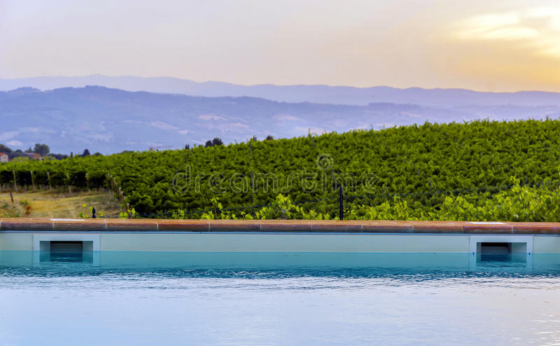 日落的游泳池边 库存图片