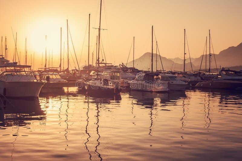日落的游艇小游艇船坞 图库摄影