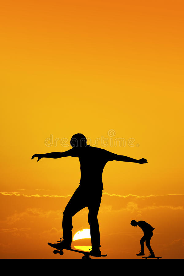 日落的溜冰板者 皇族释放例证