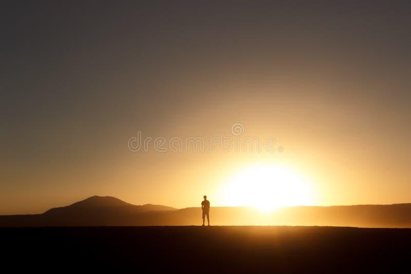 日落的现出轮廓的人 库存照片