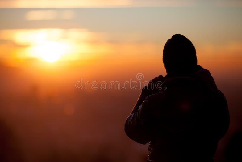 日落的现出轮廓的摄影师 免版税库存照片