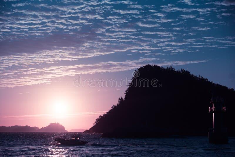 日落的看法在小海岛上的 免版税库存照片