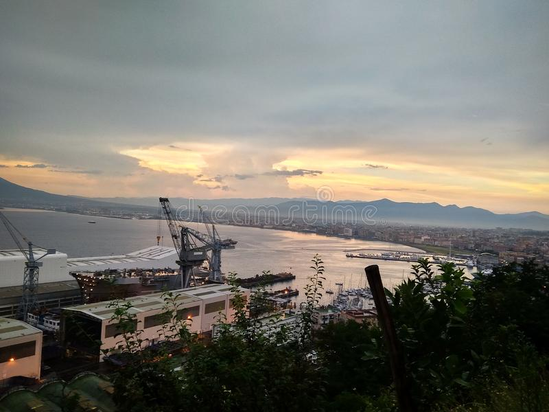 日落的看法在那不勒斯湾维苏威火山和口岸 免版税库存照片