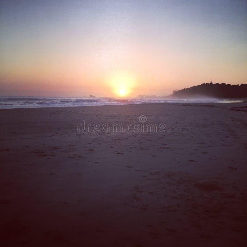 日落的美丽如画的看法在海滩的在棕榈滩,英属黄金海岸,澳大利亚 库存照片