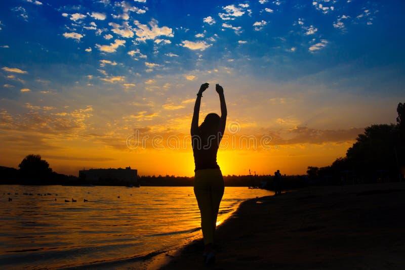 日落的美丽的女孩 免版税图库摄影