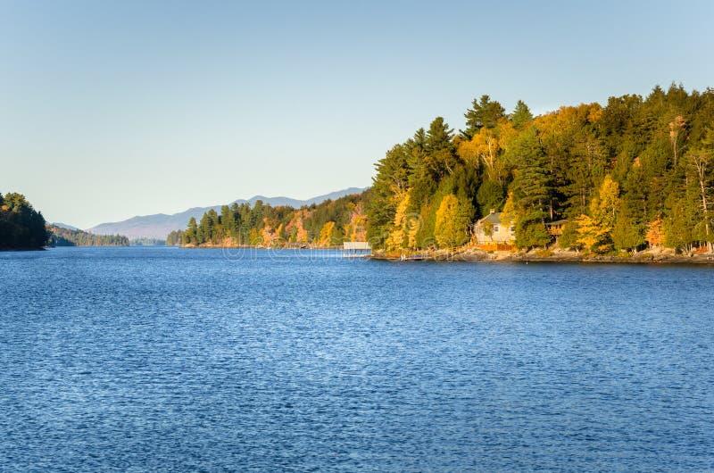 日落的美丽的山湖 库存图片