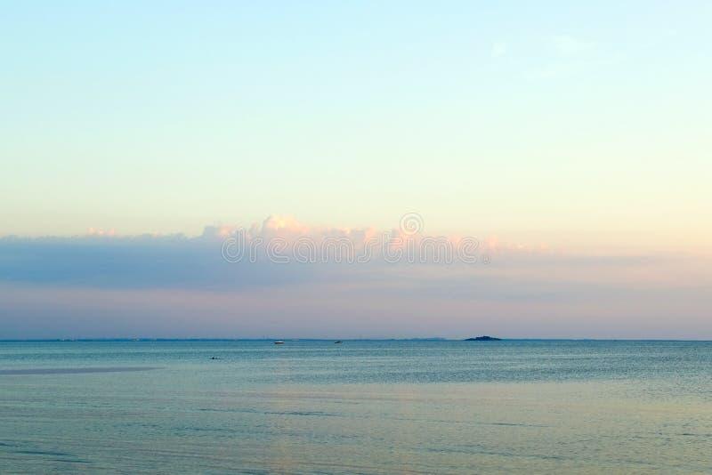 日落的美好的燃烧的风景在海和橙色天空的在他上与惊人的金黄反射  免版税库存照片