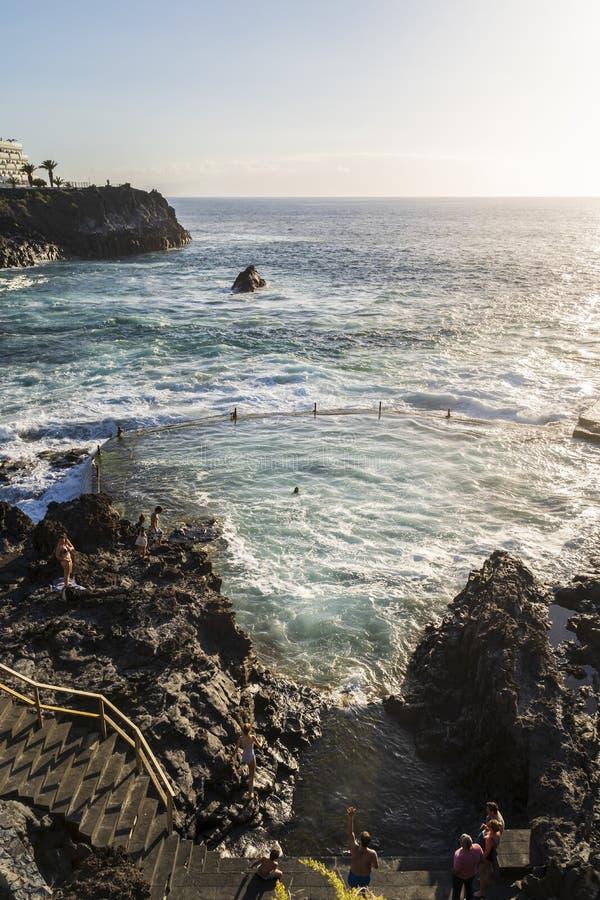 日落的自然游泳场在特内里费岛 免版税库存照片