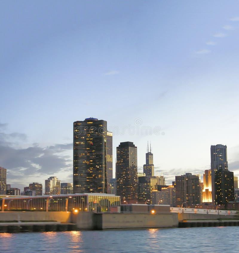 日落的芝加哥,伊利诺伊 在黄昏的美丽的城市大厦 免版税库存照片