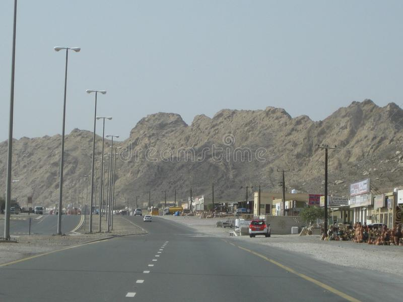 日落的迪拜沙漠在高速公路附近向阿曼 库存图片