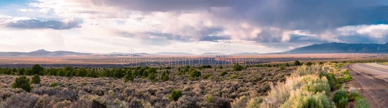日落的里奥格兰德峡谷与Taos山全景 库存照片