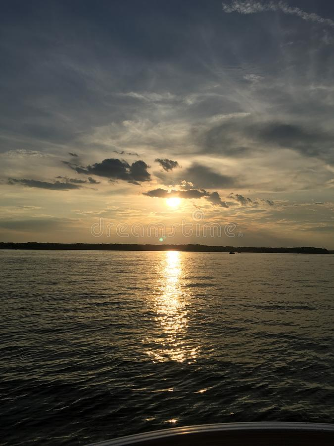 日落的闪耀的湖 库存照片