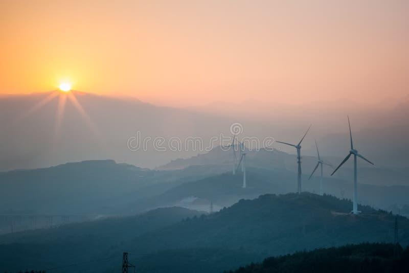 日落的风力场 免版税库存图片
