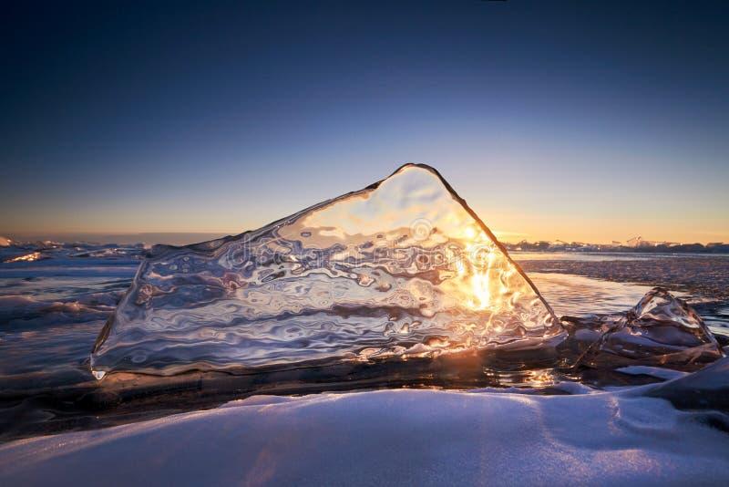 日落的,一切贝加尔湖用冰和雪盖, 免版税库存照片