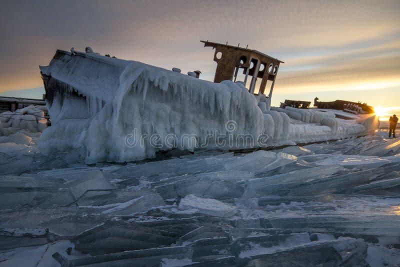 日落的,一切贝加尔湖用冰和雪盖, 免版税图库摄影