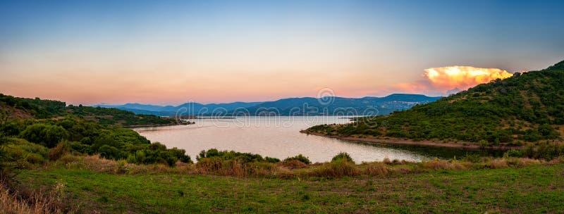 日落的,撒丁岛湖Omodeo概要 库存图片