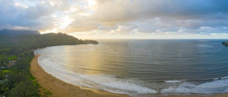 日落的Hanalei海湾海滩空中全景 库存图片
