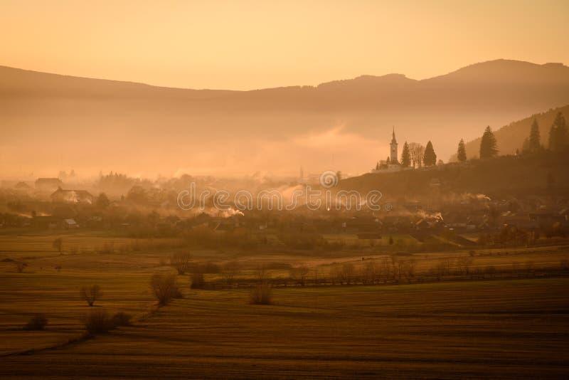 日落的Transylvanian村庄 库存照片
