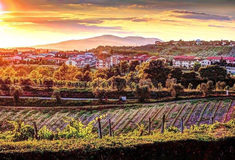 日落看法在看往小山的托斯卡纳 库存照片