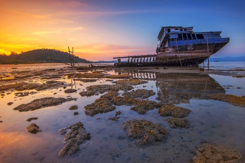 日落看法打破的船廖内群岛Wonderfull印度尼西亚 免版税库存照片