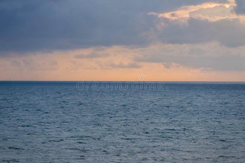 日落空中全景在海洋的 天空、云彩和水 美丽平静 免版税库存图片