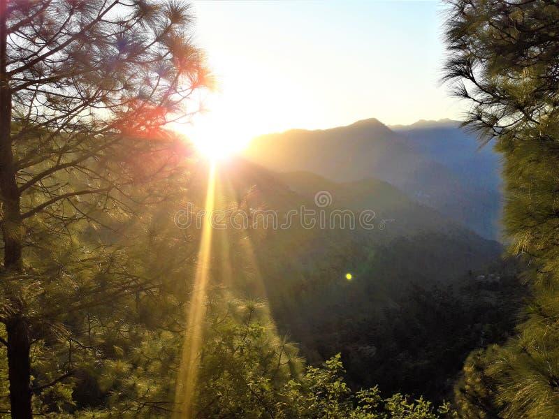 日落美丽的景色横跨山的 库存图片