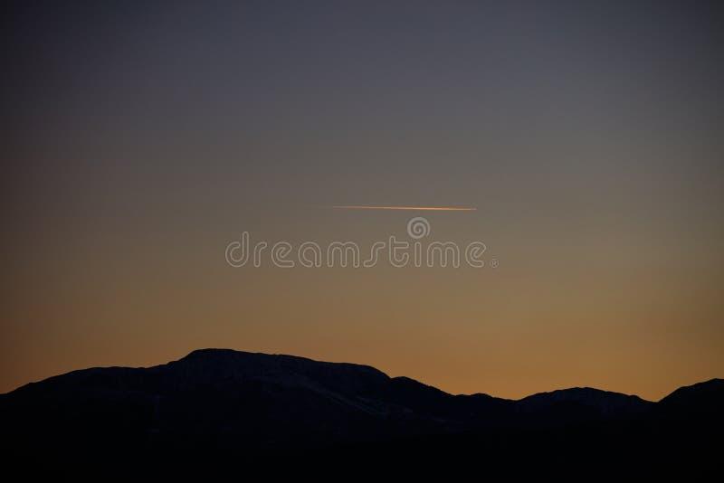 日落美好的背景在山的 免版税库存图片