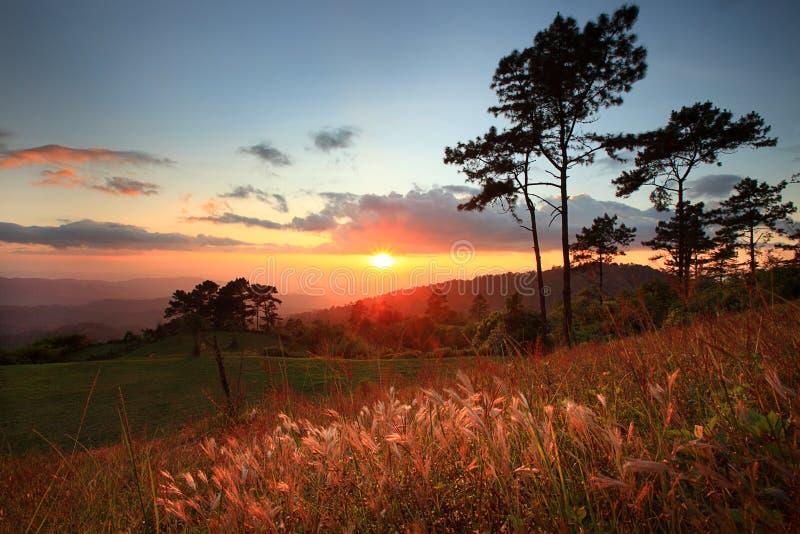 日落美好的风景与山和好的云彩的 库存照片