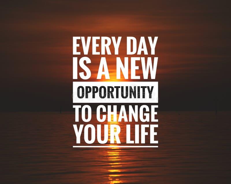 日落背景中的励志引文 — 每天都是改变生活的新机会 免版税库存图片
