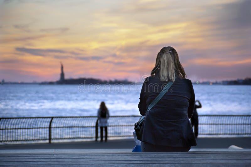日落自由雕象纽约 免版税库存图片